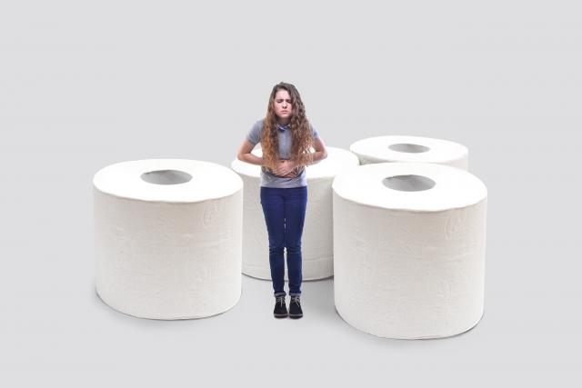 トイレットペーパーと便秘の女性