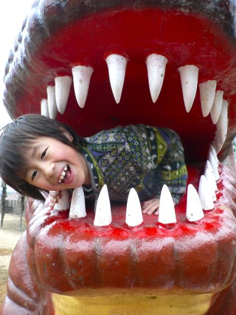 公園の怪獣と子ども
