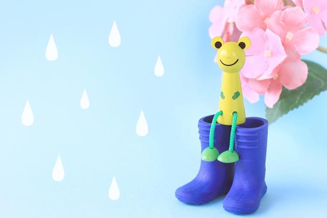 雨と長靴とカエルの人形