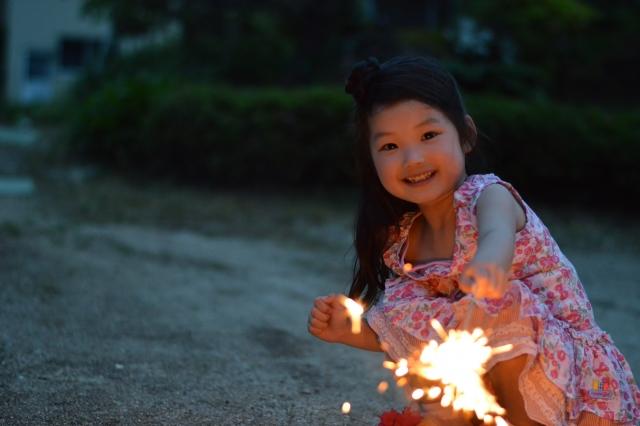 手持ち花火をする女の子
