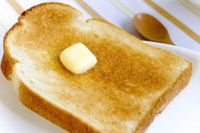 バターを乗せたトースト