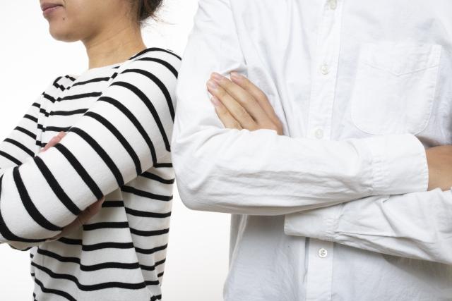 対立する男性と女性