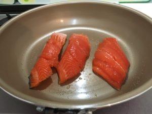 フライパンで焼く生鮭