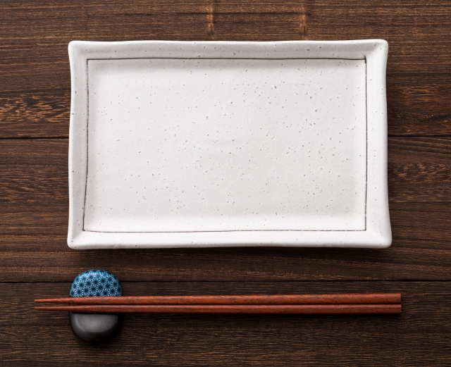 四角い皿と箸