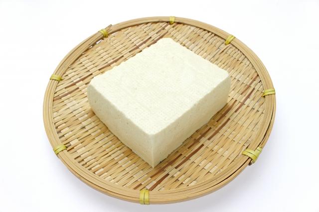 ざるに乗った木綿豆腐