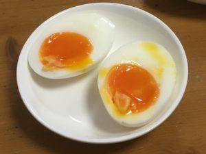 2つに切った半熟茹で卵
