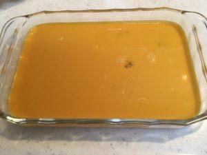 四角い容器に入った溶き卵