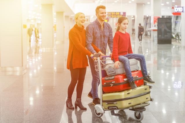空港の外国人家族父母娘