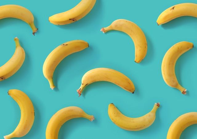水色の背景とバナナ