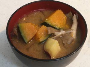椀にもった秋のおかず味噌汁