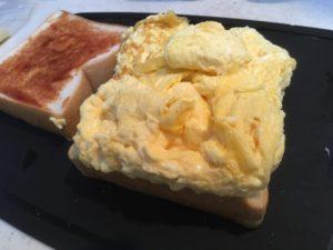 卵をパンに乗せたところ