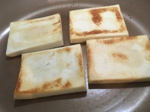 高野豆腐を焼いているところ