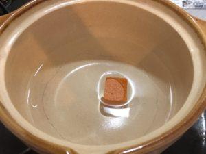 鍋に水とキューブ