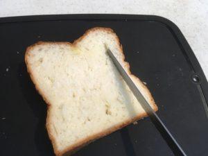 食パンに切れ目を入れる