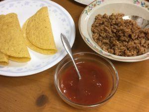 タコスのシェルと肉とソース
