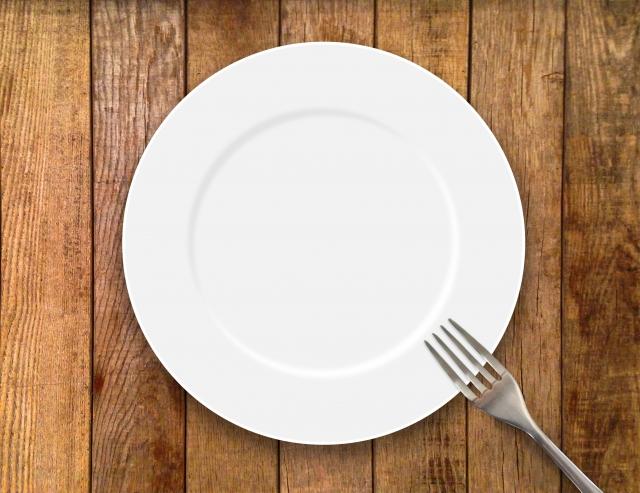 白い皿とフォーク