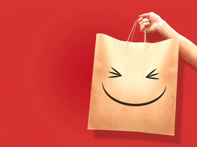 買い物紙袋を持つ手