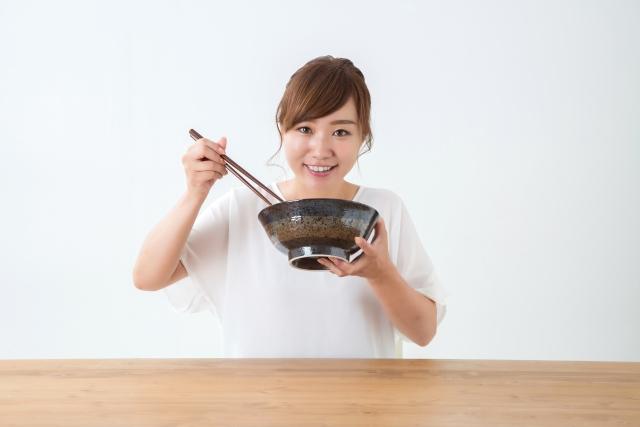 丼を食べる女性