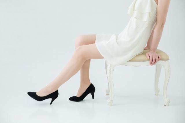 椅子に座る女性の足