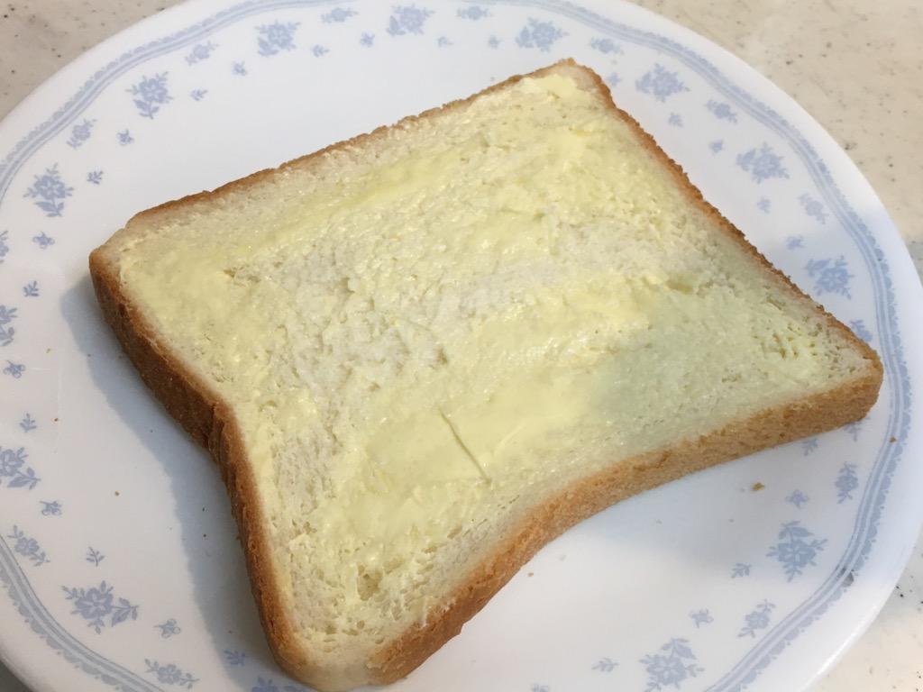 パンにマーガリンを塗る