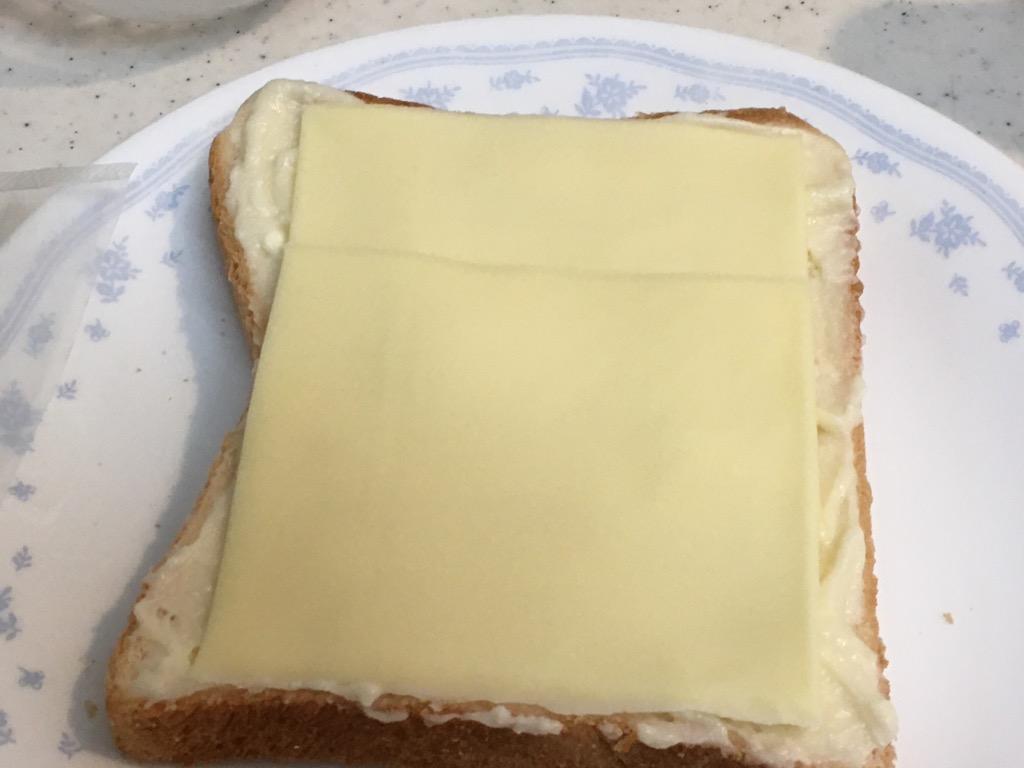 スライスチーズを乗せた食パン