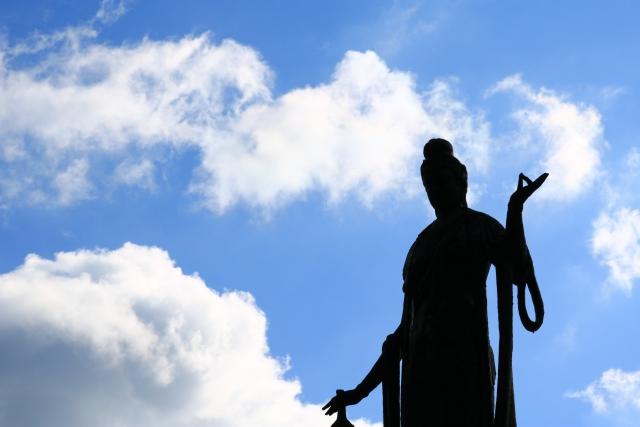 空と仏像のシルエット