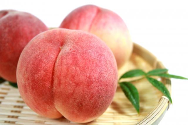 籠の上の桃