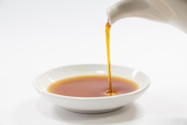 小皿に醤油を注ぐ