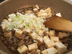 豆腐とネギを入れる