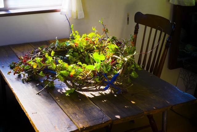テーブルの上のクリスマスリース