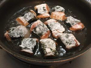鮭を揚げ焼きにする