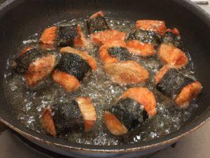 鮭をひっくり返して揚げ焼き