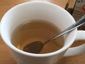 メープルシロップを溶かした湯
