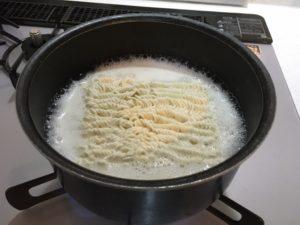 麺を入れる
