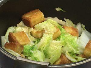 白菜を入れて炒める