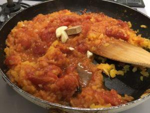 トマト缶を入れて煮込む