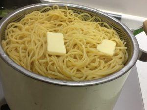 パスタにバターを混ぜる