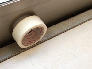 窓枠にマスキングテープを貼る