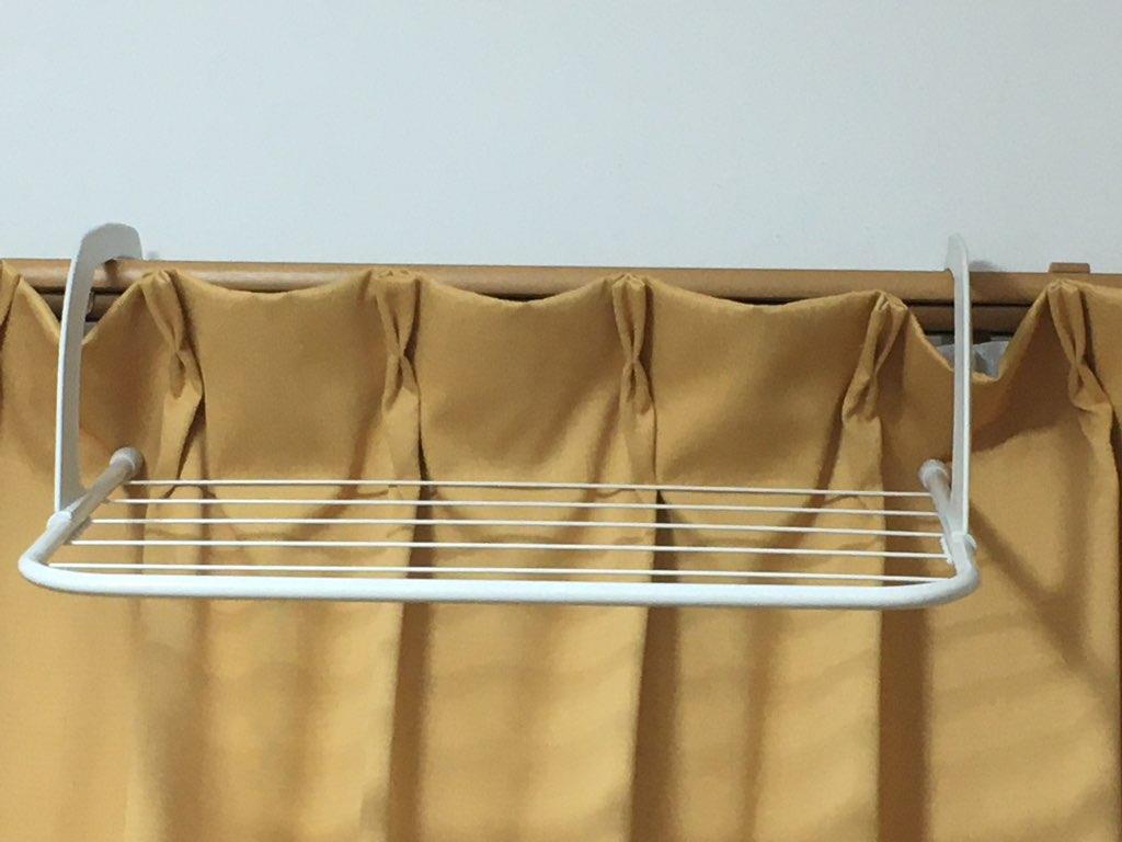 カーテンにかけたラック
