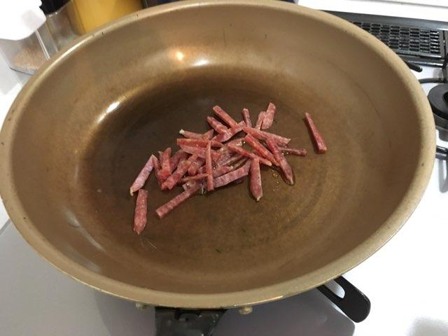 サラミを炒める