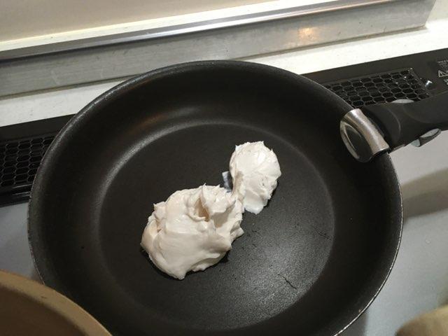 フライパンにココナツミルクを入れる