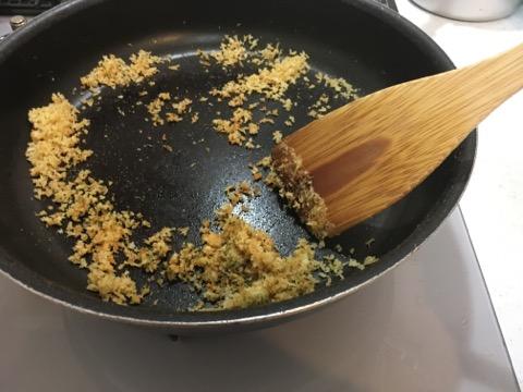 パン粉を炒める