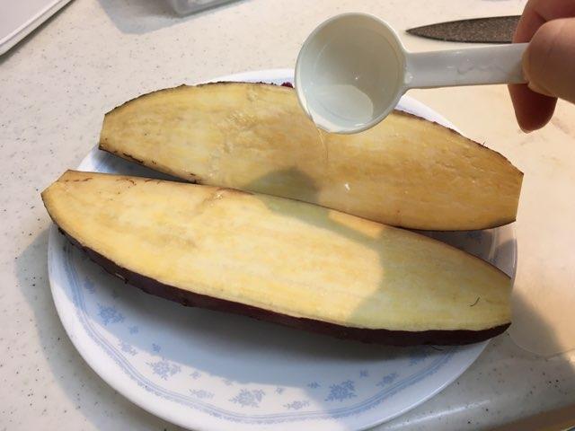 切ったサツマイモに水をかける