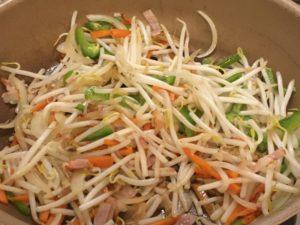 モヤシと野菜を炒める