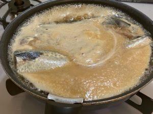 さば味噌を沸騰させる