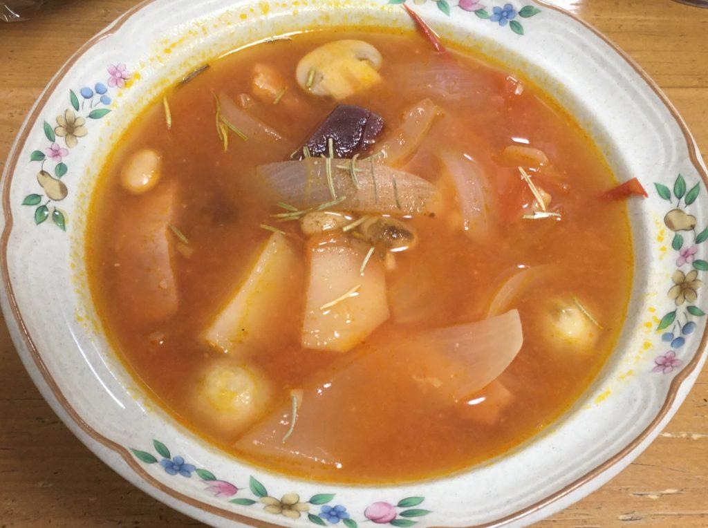 赤いスープ盛り付け