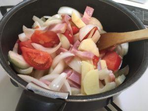 赤いスープの材料を炒める