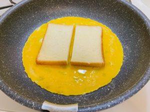 卵と切った食パン
