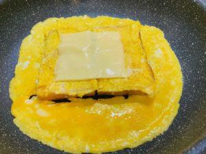 チーズをのせる